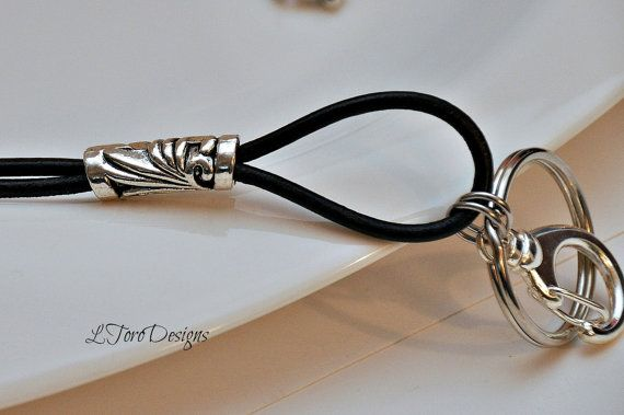Deze zwarte Lanyard met haar boho stijl uiterlijk en chique ontwerp is de hoogste kwaliteit leder verkrijgbaar op de markt. De zilveren vergulde onderdelen compliment perfect van de zwarte lederen koord. Gebruik deze lanyard weergeven van uw werk-badge, bengelen uw sleutels en houden uw bril veilig en dicht bij de hand. Hier zult u de veelzijdigheid van dit stuk kwaliteit.  Maatregelen: 34 inch, met een 1.4 draaibare gesp en ring. Klaar voor onmiddellijke verzending.  Uw lanyard komt…
