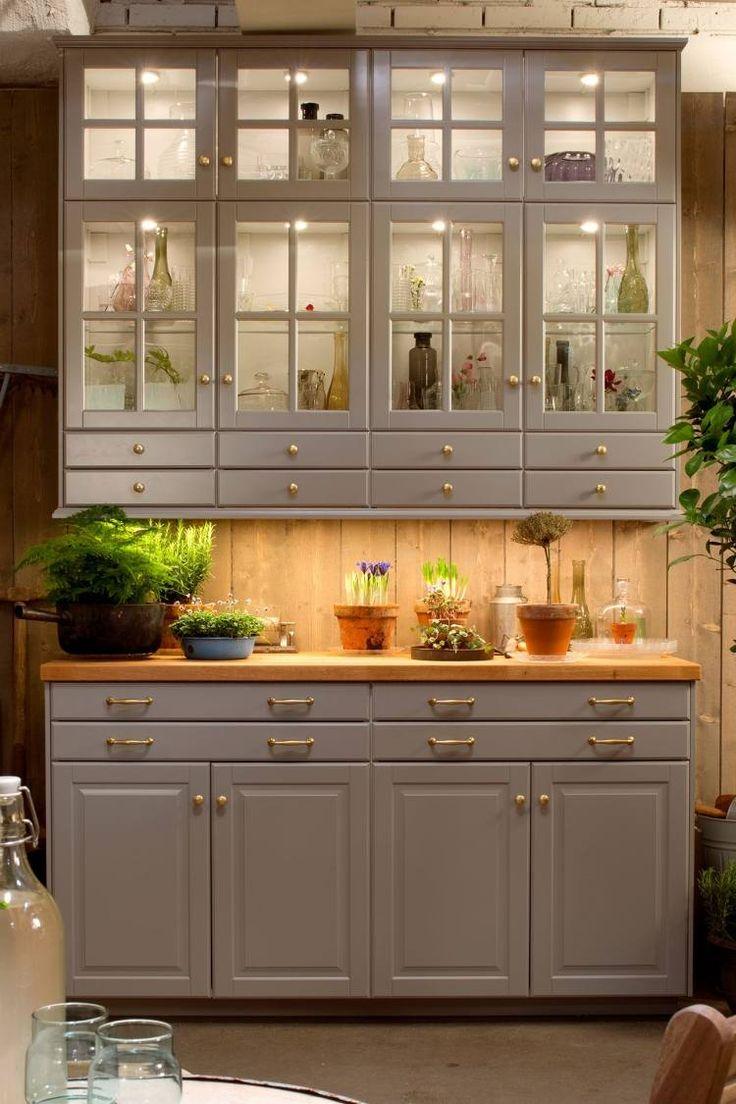 meubles cuisine Ikea - vaisselier en bois gris taupe et lambris mural en bois assorti