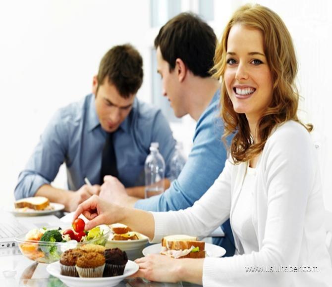 """""""AKŞAM MEYVE, SALATA VE KURUYEMİŞLERDEN UZAK DURUN"""" Akşam, hazmı zor olduğu ve sabaha kadar sindirim sistemimizi meşgul edeceği için, meyve, salata ve kuruyemişlerden uzak duralım, bu tür yiyecekleri yemeyelim. Hazmı kolay pişmiş bir sebze yemeği, çorbayı veya pişmiş bir yemeği tercih edelim. Bütün gün masa başında oturduğumuz için akşam da uzun saatler TV karşısında oturmayalım, aralarda hiç olmazsa ev içinde tur atalım.kendimizi çok yormadan ama en az 10 dakika sürecek bir ritmik yürüyüş…"""