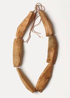 colar com lascas de madeira