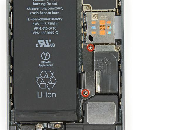 1. Fjern de to 1,6 mm Phillips-skruene som fester metallbatterikontaktens brakett til hovedkortet.