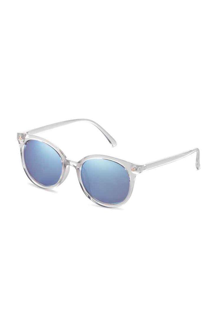 Óculos de sol: Óculos de sol com armação de plástico transparente e lentes coloridas. Proteção UV.