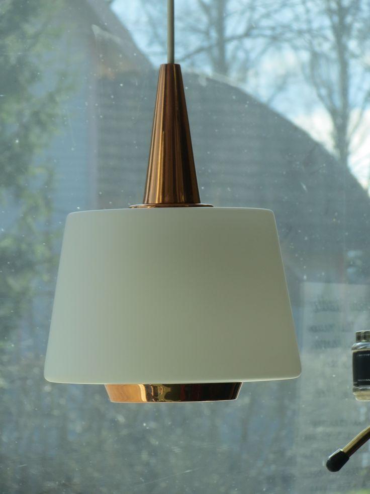 Yksinkertaisuudessaan todella kaunis valaisin, kuparia ja lasia, valmistaja Valinte. Hyvässä kunnossa ja toimiva. Kuvun korkeus kupariosan kärkeen 28 cm, johtoa on reilusti.MYYTY.