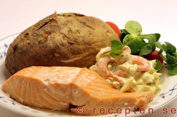 Fisk lax: Laxfilé med ägg- och räkröra samt bakad potatis