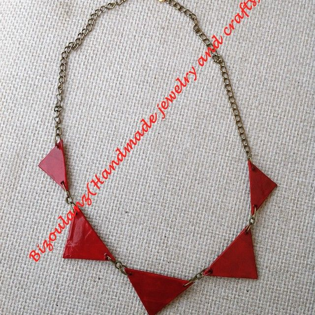 Triangle#geomertic#statementnecklace#red#recycled#upcycled#ecofriendly#modern#paperjewelry#chain#handmade#bizoulanz#κολιέ#χειροποίητο#κόσμημα#τρίγωνα#γεωμετρικό#αλυσίδα