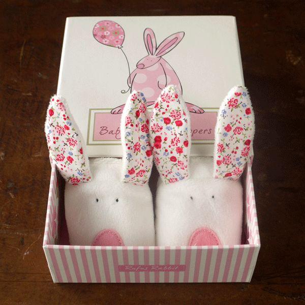 Rufus Rabbit kanin BabyTøfler med ører Rosa. Herlige søte kanintøfler med ører som lager lyd. Ørene knitrer når babyen leker med dem. Tøfler og leke i ett! Genialt! Størrelse 0-6 måneder. Lengde ca 11,5 cm. Leveres i flott gaveeske.
