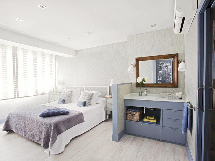 Un coqueto dormitorio con tocador y baño integrado