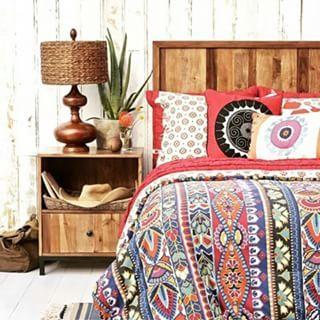 Com um toque rústico,  essa decoração ficou maravilhosa.  As cores da roupa de cama alegre,  deixou um charme o ambiente.  www.eutambemdecoro.com.br  #decoracao #decor #decorando #lindeza #charmosodemais #apaixonante #ideias #inspiraçao #decorar #bonito #criativo #criatividade #decoracion #decorart #decoration #decoro #arquitetura #architecture #quarto #quartobonito #rustico #simples #cores #colorida #estampas #boanoite