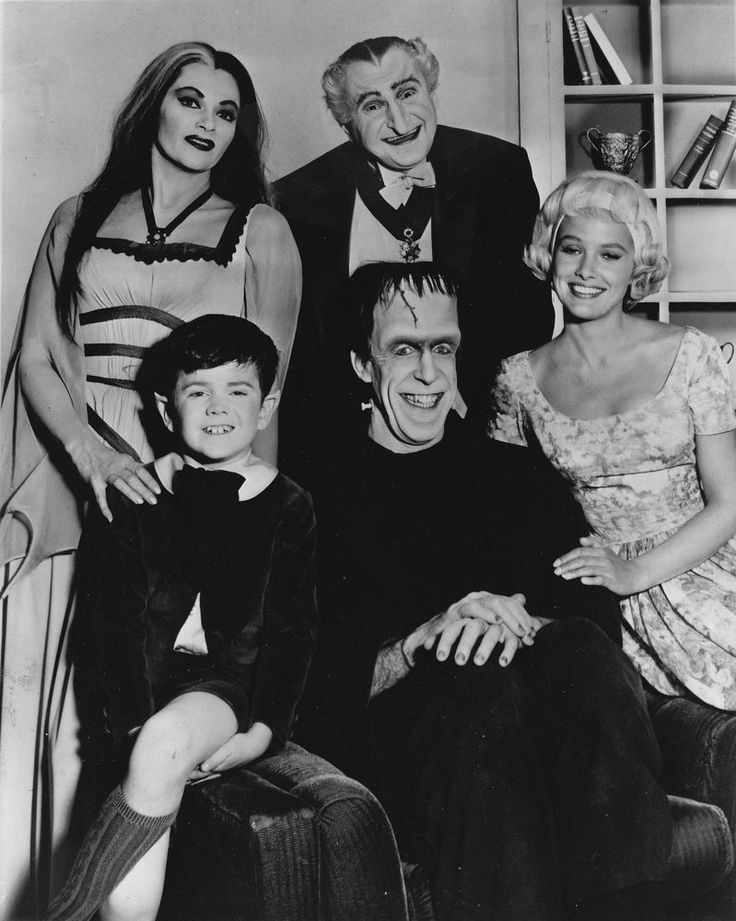 THE MUNSTERS CAST FRED GWYNNE YVONNE DECARLO PAT PRIEST TV SHOW 8X10 PHOTO