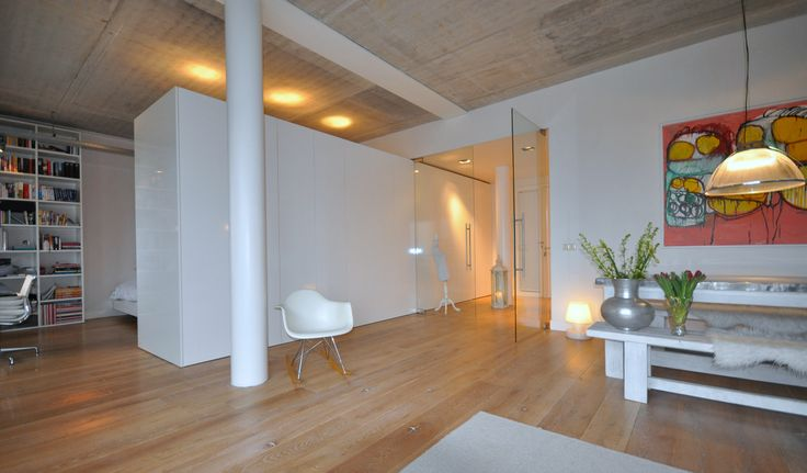 Frank Weil - verbouwd pakhuis - hoogglans kastenblok - industrieel - Eames schommelstoel