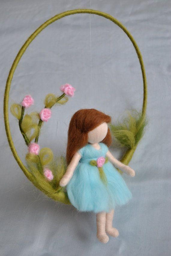 Fieltro de aguja móvil vivero: muchacha con rosas por MagicWool