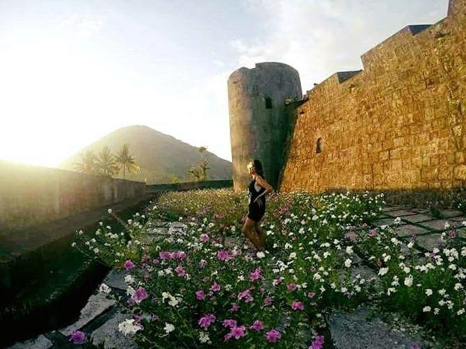 Morning from Benteng Belgica, Bandaneira.  Benteng ini berada di atas perbukitan Tabaleku di sebelah barat daya Pulau Naira, Maluku Tengah. Benteng ini dijuluki The Indonesian Pentagon karena mirip dengan Gedung Pentagon di Amerika Serikat.  #bandaneira #visitmaluku #pulaubanda #ExploreMaluku #opentripbandaneira #tukangjalantrip #PesonaIndonesia #WonderfullIndonesia #ExploreNusantara #Liburan #Traveling #Travel #Tour #Tukang_Jalan #tukangjalan #TravelingGram #Indonesia #kelilingindonesia
