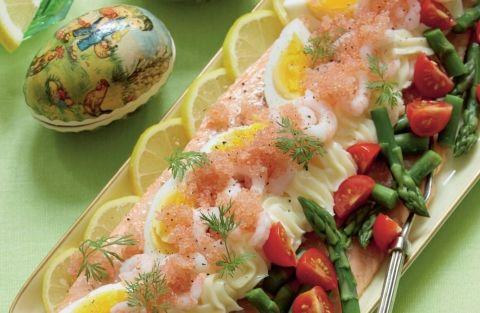 Dejlig og let ret til påskebordet - ørred med æg, asparges, rejer, cherrytomater og mayonnaise.