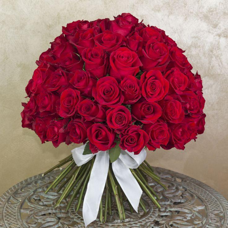 Buchet impresionant cu trandafiri roșii. Este perfect pentru un eveniment special din viata persoanei iubite. Impressive red rose bouquet.It is the perfect gift for a special event.