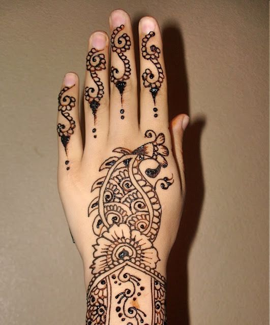 Beautiful Mehndi Desing done on back hand.