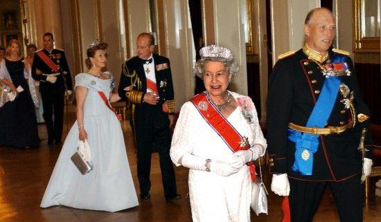 MED SMARAGDER: Da dronning Elizabeth og prins Philip var på statsbesøk i Norge i mai 2001, bar dronning Sonja denne isblå kjolen med sine utrolige smaragder fra Napoleonstidens Frankrike – arv etter kronprinsesse Märtha. (ntb)