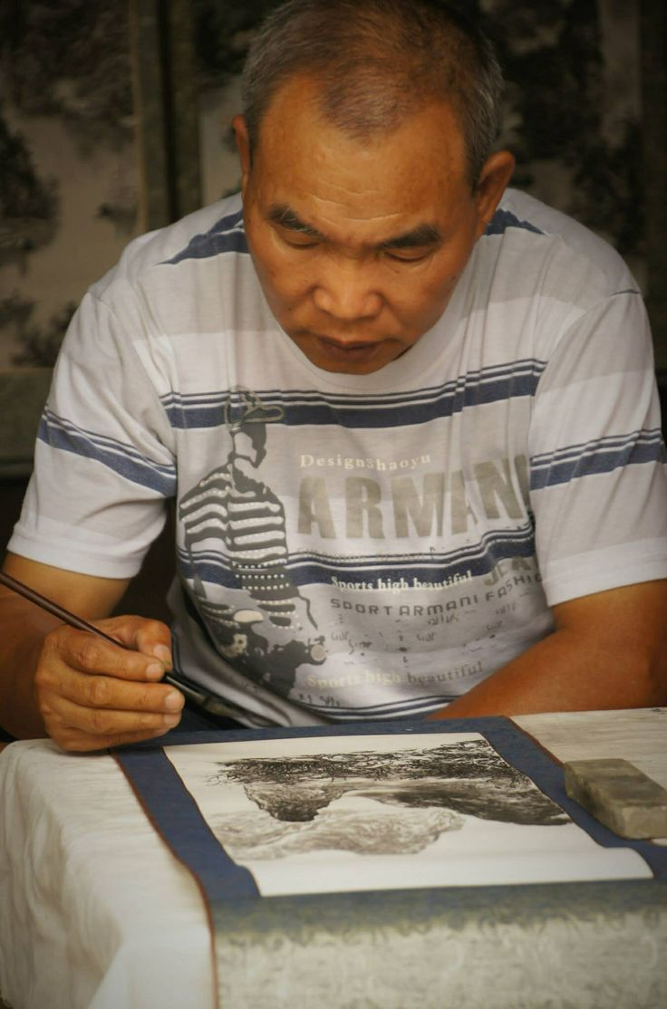Un homme fait des dessins à l'encre de Chine