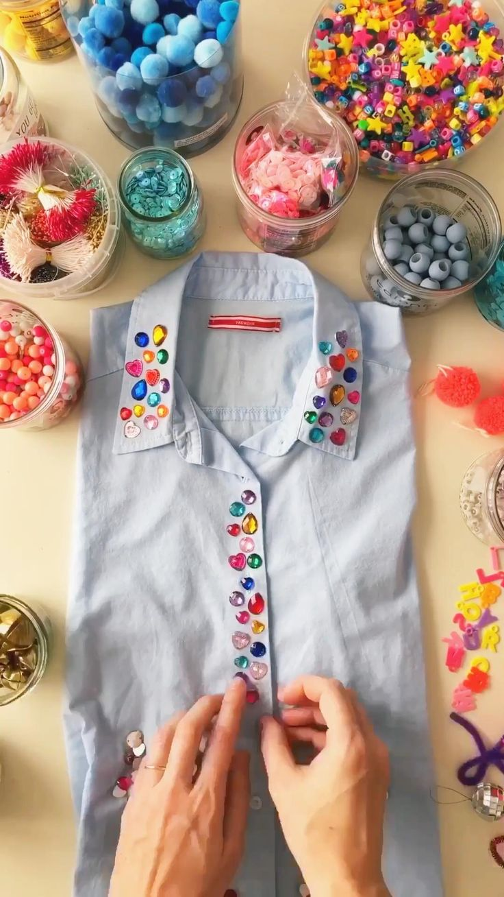Te muestro como decorar una camisa muy facilmente con unas gemas llenas de color Upcycled Textiles, Upcycled Crafts, Diy Camisa, Clothing Patterns, Diy Clothes, Embellishments, Diy Ideas, Beauty Hacks, Sewing Projects