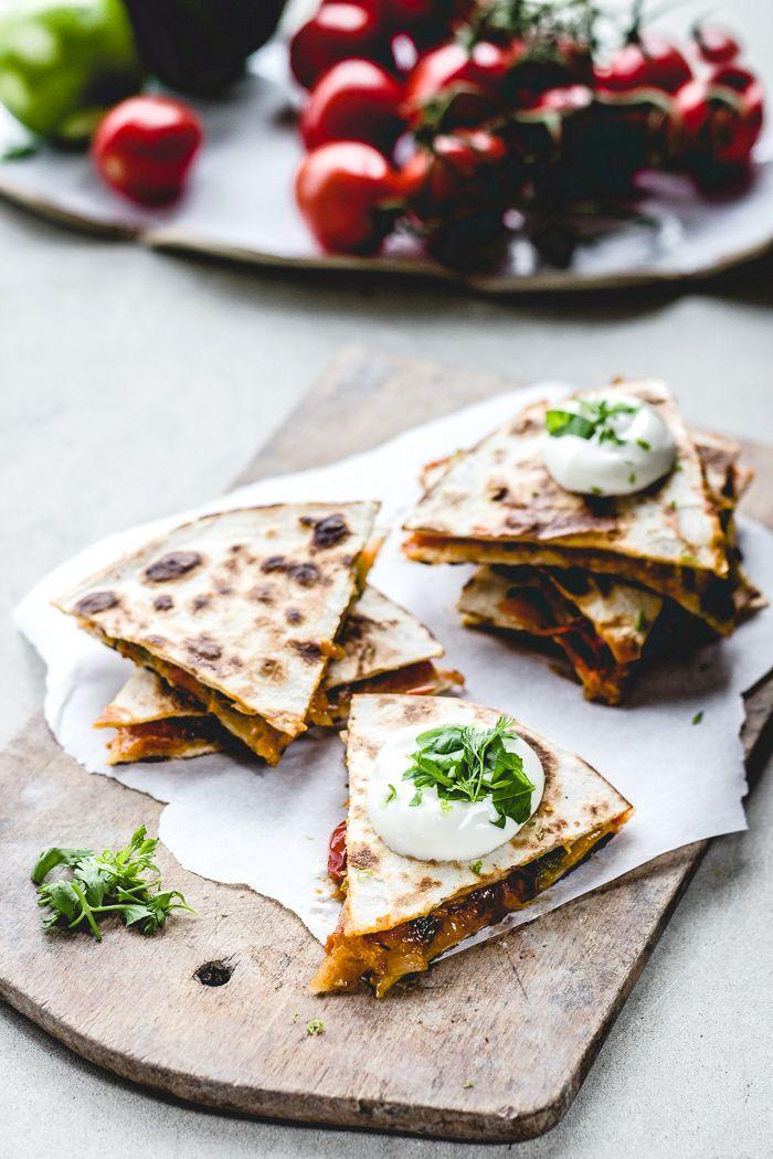 We zijn dol op quinoa, quesadillas én (jawel) zoete aardappel. Dankzij dit heerlijke, vegetarische recept houdt niets ons meer tegen om deze drie dingen te combineren!  Ingrediënten: 4 tarwe, maïs of boekweit tortilla's 250 gram gekookte quinoa 1 middelgrote zoete aardappel in blokjes 60 gram gehakte bosui 60 gram rucola 1 poblano peper (een […]