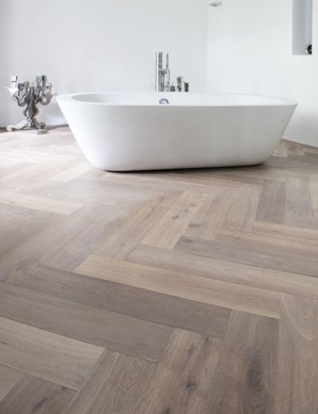 Basically in love with this floor/bath combo. Herringbone, pale oak floors and white, freestanding bath tub.