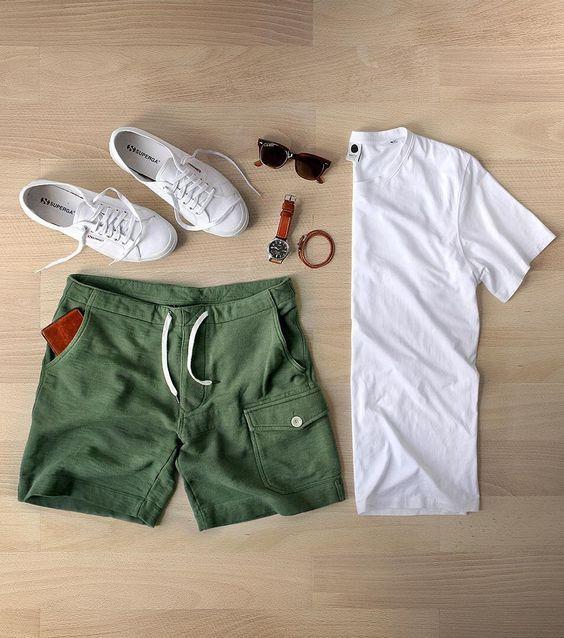 Greenery é a Cor de 2017, o Verde Musgo misturado com amarelo aparece em alta na Moda Masculina e para a Roupa de Homem. Macho Moda - Blog de Moda Masculina: Greenery é a Cor de 2017 - Tons de Verde em alta no Visual Masculino, Bermuda Verde, Camiseta Lisa Branca, Sneaker Superga Branco.