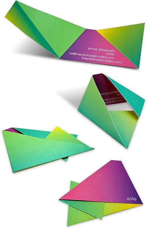 um cartão de visitas com sobras e cores bem aplicadas