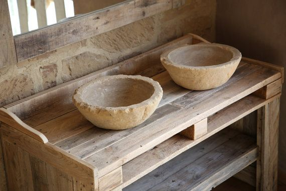 Badezimmer-Möbel, die mit Holz-Paletten-recycling mit Becken in Nachahmung des Steins und Spiegel. Handgemachte.  Möbelwaschtisch mit Spiegel und zwei Pools von handgemacht in Recycling-Paletten Holz. Die Möbel hat eine natürliche Oberfläche mit den alten im Laufe der Zeit und Insekt-Beweis-Behandlung. Becken der Becken sind eins nach dem anderen ohne Schimmel, auf der Suche nach dem Realismus des natürlichen Steins von hand geschnitzt. TXT-Dichtmasse gemacht. Enthält Spiegel Möbel…