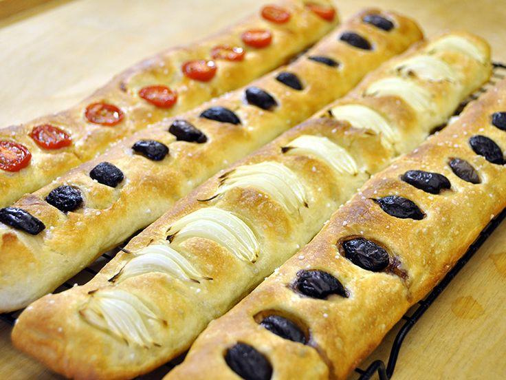 La video ricetta semplice per fare  delle stecche di pane ai pomodori, olive e cipolle senza impastatrice