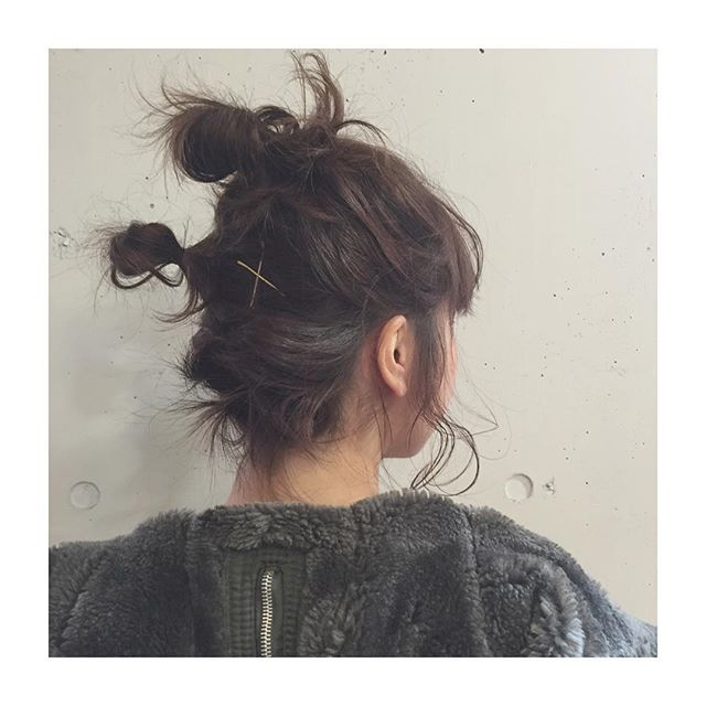 ヘアアレンジがしにくいと思われがちなボブヘア。髪の毛が短いからお団子なんてできない…。そんなことはありません。ボブだからこそできるカワイイヘアスタイルがあります。それは新しい定番アレンジになってきたハーフアップお団子。1つだけのハーフアップお団子から進化して、これからはお団子を2つ作るハーフアップお団子が流行りそうです。前髪に少しだけ変化を付けてオシャレ度をアップさせたり、反対にワンレンの人でも前髪気分が味わえます。パーティーや浴衣姿にも似合うハーフアップお団子。今回はその作り方やアレンジ方法などをご紹介していきます。誰でも簡単にカワイイハーフアップお団子ヘアを作ることができますよ。