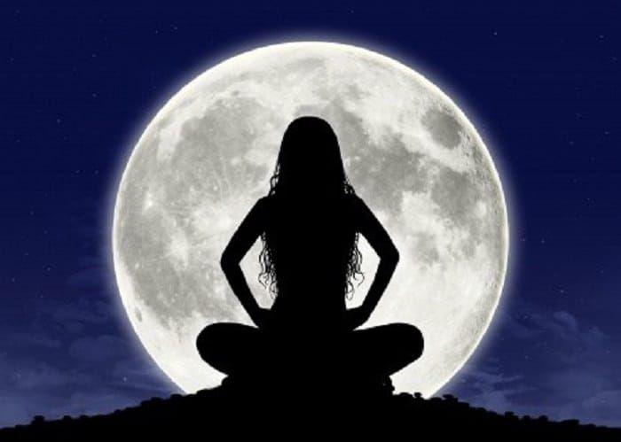 hoy es el momento para el ritual de la abundancia de la luna llena. Ritual para la buena suerte Podrás realizar este rito cuando la luna llegue a cuarto creciente. Vas a necesitar una vela blanca, canela molida, azúcar, siete monedas de un peso, siete hojas de laurel y siete clavos de olor. Pon la …
