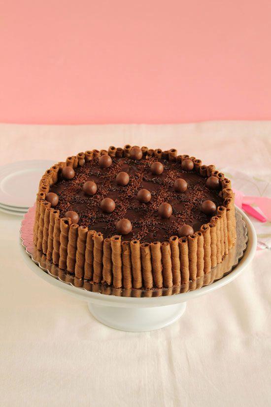 Τούρτα με maltesers. Μια υπέροχη τούρτα για να απολαύσετε την αγαπημένη σας σοκολάτα σε όλο το μεγαλείο της γεύσης της. Σοκολατένιο κέικ, με κρέμα με σοκολ