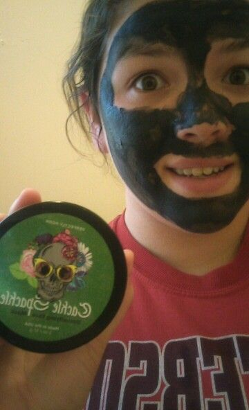 I did my cackle Spackle detoxifying face mask that I received yesterday. » Dull, aging skin getting you down? Let Cackle Spackle lift your spirits! Charcoal powder, volcanic ash, kaolin clay, and invigorating spearmint will leave your skin so freshly detoxed it might have you cackling with glee. Our deep-cleaning, facial mask uses kaolin, charcoal, and volcanic ash to clarify skin, then tones it with astringent spearmint and eucalyptus. Apply to a clean, dry face, avoiding eye area.  My…