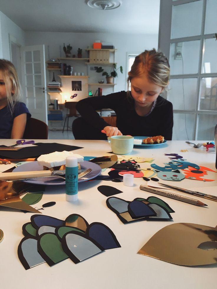Kunne du tænke dig lidt tips til at pifte dine fastelavns kostumer op på en hurtig og hyggelig måde sammen med ungerne? Så læs med her i dette blog indlæg!