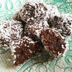 Här kommer ett perfekt nyttigt och gott mellanmål, nyttiga chokladbollar med banan. Innehåller inget socker utan basen är banan och havregryn.