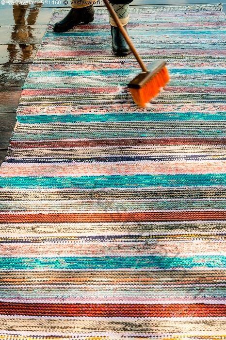 Matonpesua laiturilla - matonpesu matto peseminen mattopyykki matto räsymatto pesuaine laituri harja harjata vaahto kesä raidallinen värikäs kengät Eno