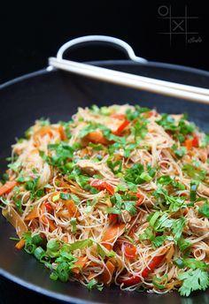 Ингредиенты: 2 морковки 2 болгарских красных перца 3 лука-порея (белая нижняя часть) 2 зубчика чеснока 1-2 стол. ложки тертого свежего имбиря 600 гр. филе курицы соевый соус кунжутное масло зеленый лук кинза (по вкусу)