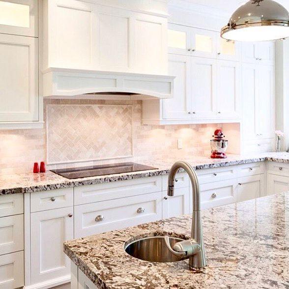 A transitional styled white lacquer kitchen in a past Mineola build, @lavishkitchensinc . . . . . #easton #eastonhomes #eastonhomesinc #builder #homebuilder #home #custom #customhomes #contractor #construction #trades #residential #mississauga #mineola #mineolaeast #kitchen #marble #lacquer #white #interior #interiordesign #cabinet #cabinetry #cooktop #tile #backsplash #lavish #lavishkitchens