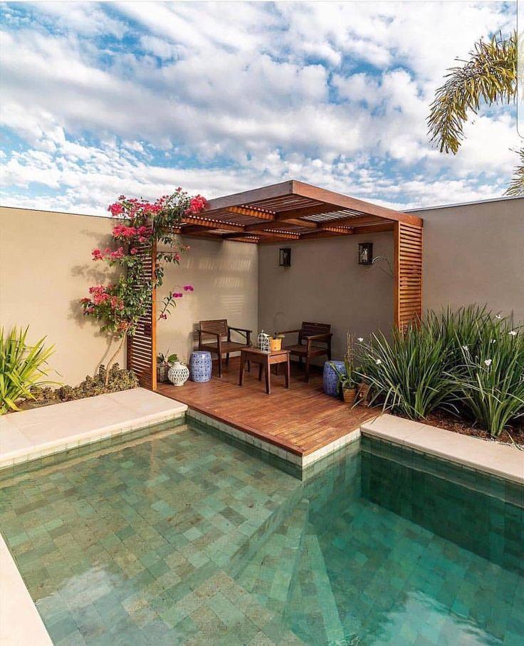 Una p rgola cerca de la pileta puede convertir el patio en for Modelos de piscinas para jardines pequenos