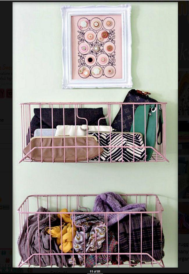 Opruimen in mandjes, mandjes aan de muur hangen. Helemaal stylish met een schilderijtje erboven.