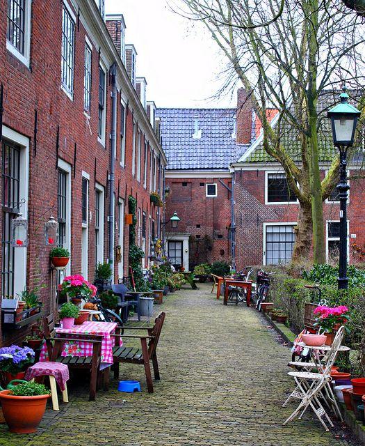 Haarlem heeft 20 hofjes, kleine oases van rust in de stad. Proveniershofje is echt genieten, liefst met een Italiaans ijsje van Garrone. Locatie: Grote Houtstraat 144DD, 2011 SW Haarlem. Foto: Erzsi Toth.