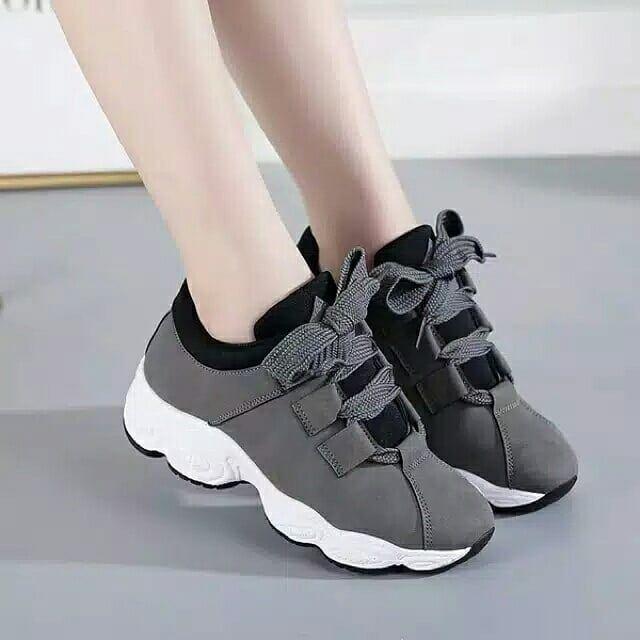 Geser Foto Untuk Detail Sepatu Sneakers Wanita Kode