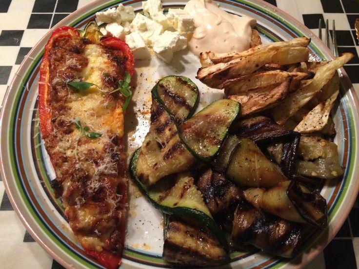 Endelig fik jeg tid til at lave et ordentligt måltid igen, og det er egentlig utrolig så velsmagende noget så enkelt kan ende med at blive. Det blev til en fyldt snackpeber med grilet aubergine, sq...