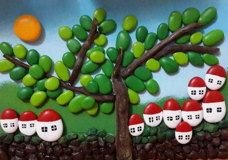 Güneşli Yeşil Köy, Beyaz Evler, Kırmızı Çatılar, Taş Pano