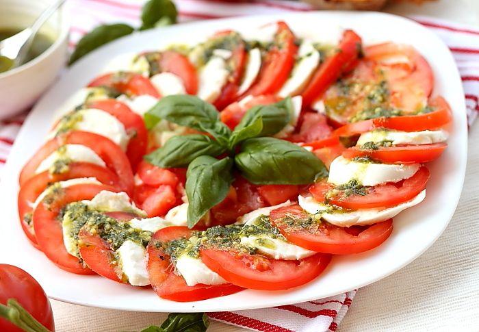 Salata caprese pe platou