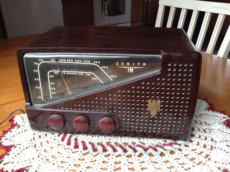 Classic Zenith 7H822 Bakelite Table Top Radio Am FM Art Deco Works