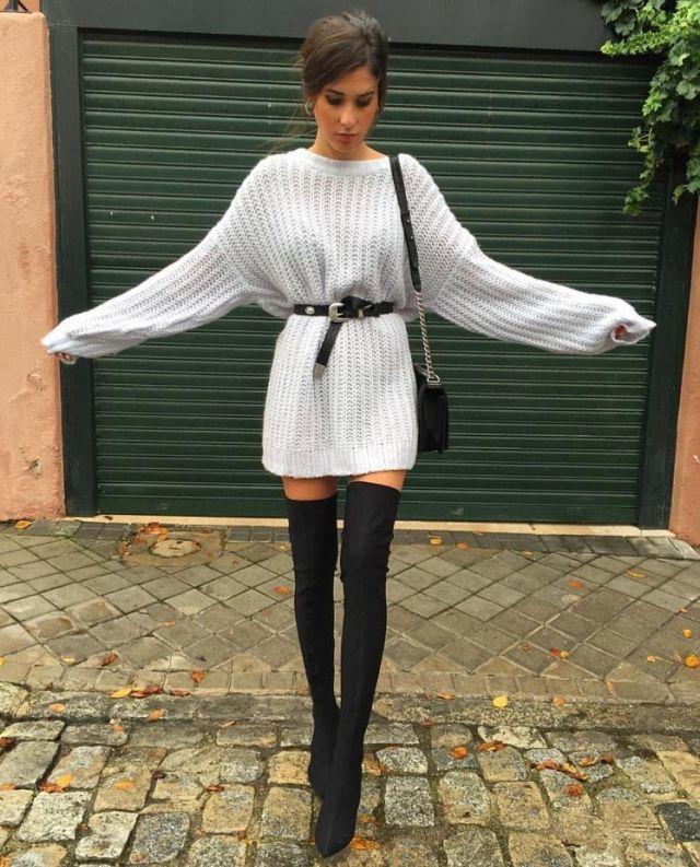 Botas altas y un jersey gris extragrande a modo de vestido con ayuda de un cinturón. (María Turiel)