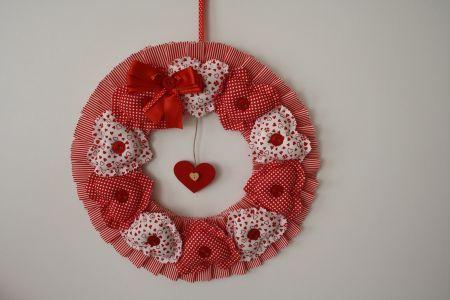 Kırmızı Kumaş Kalplerle Çevrili Kapı Çelengi - Wreath Encircled with Red Hearts
