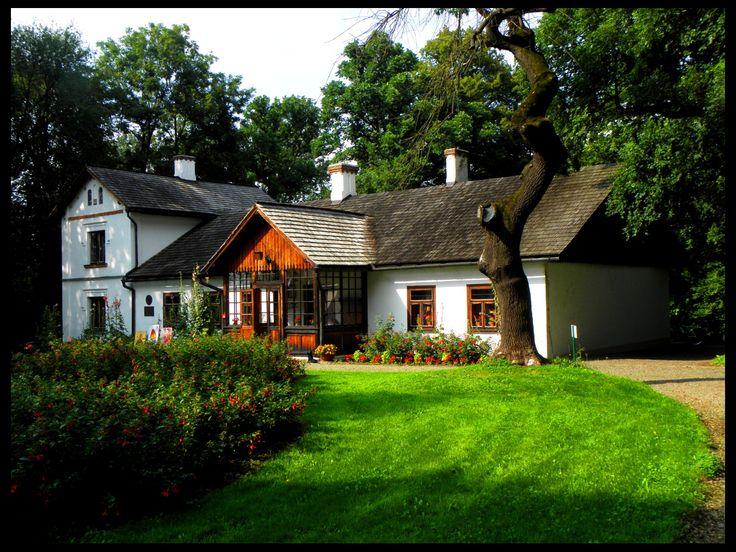 Dworek Marii Konopnickiej w Żarnowcu. Wybudowany w XVIII wieku. Społeczeństwo polskie zakupiło i przekazało dworek Marii Konopnickiej z okazji jubileuszu 25-lecia pracy pisarskiej oraz sześćdziesiątej rocznicy urodzin. Pisarka przyjechała do Żarnowca 8 września 1903 roku i spędziła tu ostatnie 7 lat swego życia. Od 1957 roku mieści się w nim Muzeum Marii Konopnickiej.