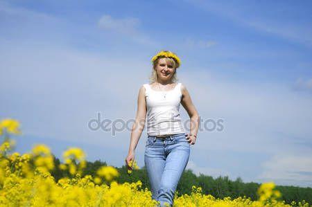 Szőke nő egy sárga mezőben koszorú — Stock Kép #3173957
