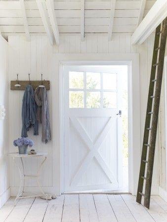 Witte houten hal met landelijke deur. Brocante stijl. #entryway